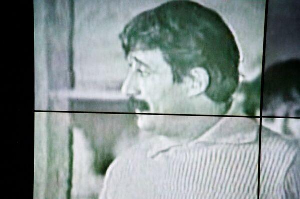 На нескольких экранах, установленных в фойе и на сцене театра им.Котэ Марджанишвили во время гражданской панихиды велась трансляция фильмов с участием Гиви Берикашвили - Sputnik Грузия