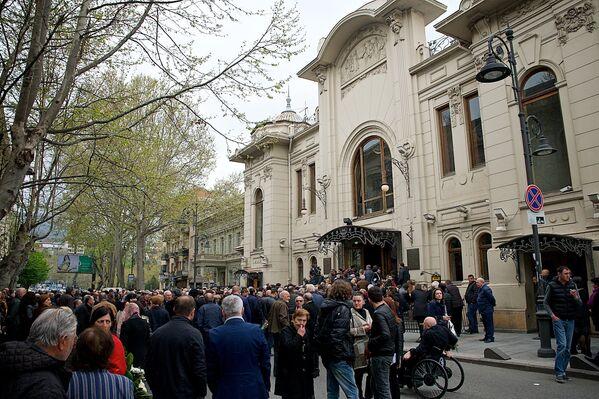Сотни людей у театра Марджанишвили выстроились в очередь, чтобы проститься с Гиви Берикашвили - Sputnik Грузия