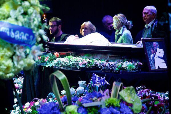 Гроб с телом легендарного актера театра и кино Гиви Берикашвили, установленный на сцене тбилисского академического театра им. Котэ Марджанишвили - Sputnik Грузия
