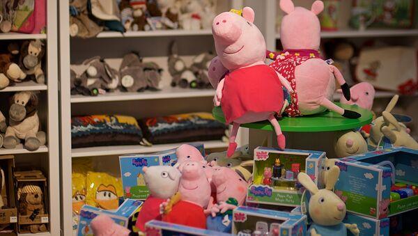 Свинка Пеппа и другие детские игрушки в одном из магазинов в торговом центре в грузинской столице - Sputnik Грузия