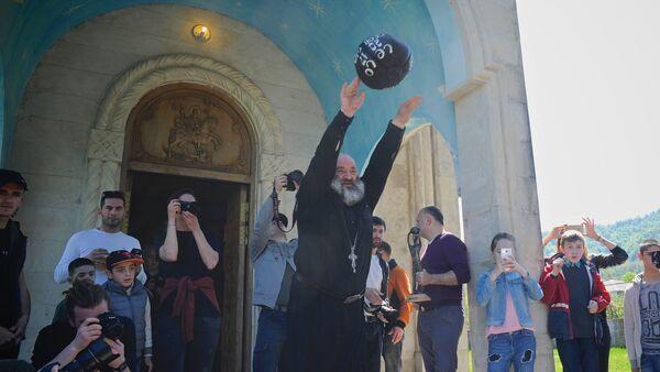 მღვდელი ისვრის 16 კილოგრამიან ბურთს - ასე იწყება ლელო - Sputnik საქართველო