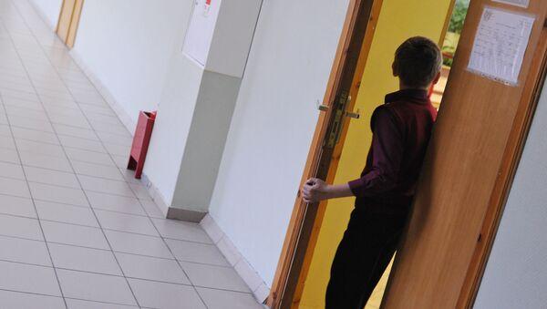 ბიჭი საკლასო ოთახში შედის - Sputnik საქართველო