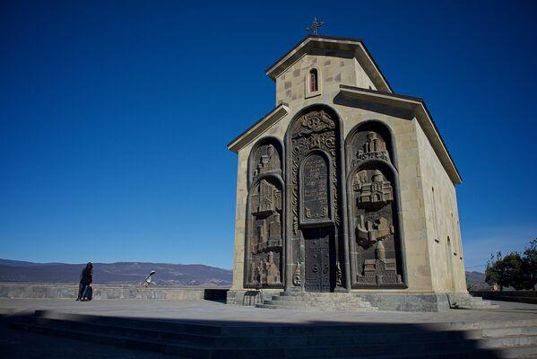 На территории комплекса История Грузии расположена церковь. Говорят, что внутри нее все украшено эмалью, керамикой и красивой росписью - Sputnik Грузия