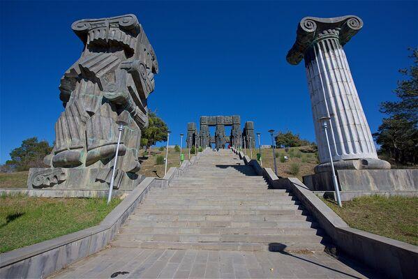 У подъема к комплексу История Грузии Зураб Церетели установил колонны с античной символикой. Они символизируют древнее начало многовековой истории Грузии и ее активное участие в жизни древнего мира - Sputnik Грузия