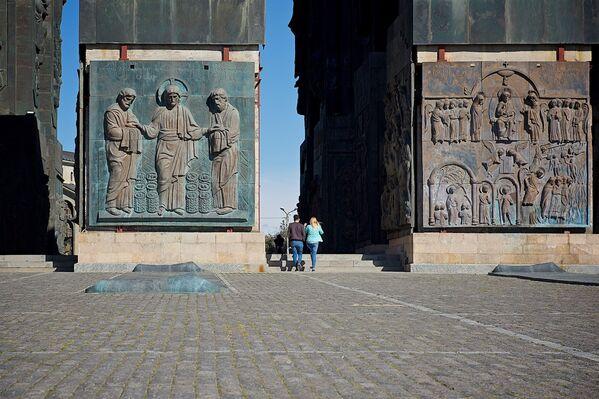На колоннах комплекса Зураб Церетели изобразил самые важные вехи в истории Грузии, библейские сюжеты, фигуры грузинских царей, полководцев и важнейших исторических персонажей - Sputnik Грузия