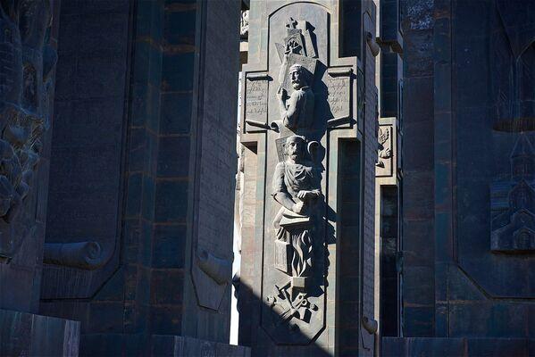 В центре комплекса находятся колонны, где высота фигур достигает более 30 метров - Sputnik Грузия
