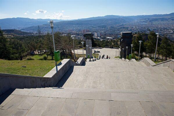 Такой вид открывается на город Тбилиси, если подняться по ступеням к комплексу История Грузии - Sputnik Грузия