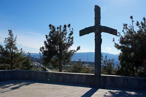 Справа от памятника находится скульптура, изображающая Крест Святой Нино - Sputnik Грузия
