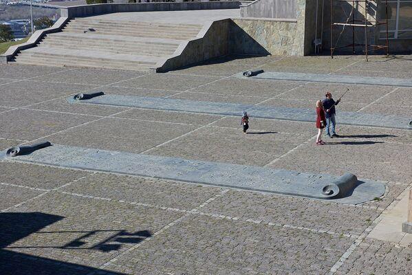У входа в комплекс расположены свитки, где перечислены важные события в истории Грузии - Sputnik Грузия