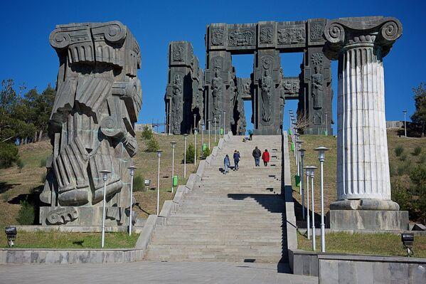 Архитектурно-скульптурный ансамбль История Грузии состоит из 16 колонн, каждая высотой 35 метров - Sputnik Грузия
