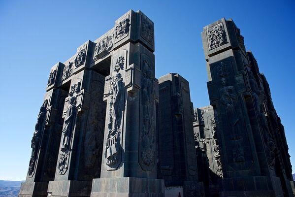 Как говорят, на месте, где находится комплекс История Грузии, прежде собирались установить 100-метровый памятник Иосифу Сталину. Однако судьба распорядилась иначе - тут появился огромный комплекс, посвященный истории Грузии - Sputnik Грузия