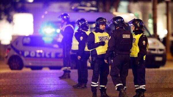 Полиция обеспечивает безопасность на Елисейских полях после того, как один полицейский был убит, а другой был ранен в результате инцидента в Париже, Франция - Sputnik Грузия