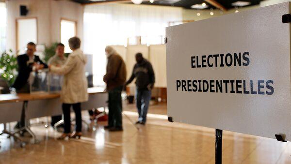 Люди голосуют в первом раунде президентских выборов 2017 года на избирательном участке в Вауль-ан-Велине около Лиона, Франция - Sputnik Грузия