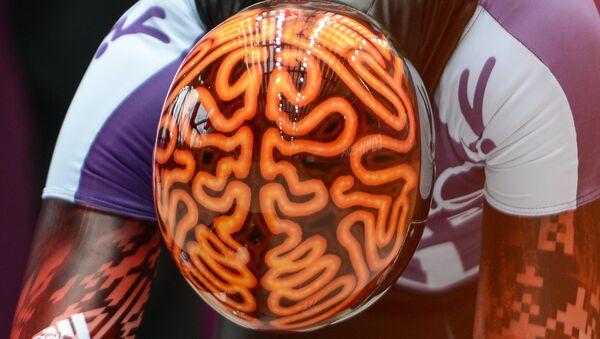 სპორტსმენი ჯონ ფერბერნი ადამიანის თავის ტვინის გამოსახულებიანი მუზარადით - Sputnik საქართველო
