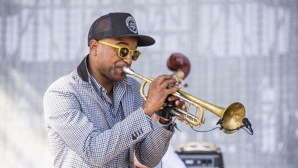 Бранден Льюис из Preservation Hall Jazz Band выступает на фестивале Coachella Music & Arts в клубе Empire Polo Club - Sputnik Грузия
