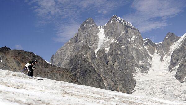 Бывший президент Грузии Михаил Саакашвили спускается с горы на лыжах на горнолыжном курорте в Сванетии, архивное фото - Sputnik Грузия