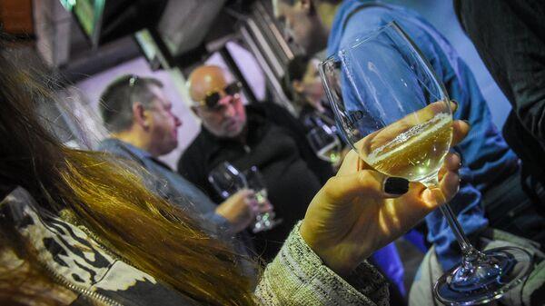 Девушка держит бокал белого вина - Sputnik Грузия