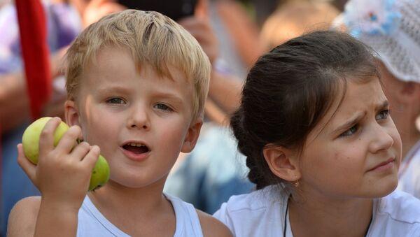 Ребенок с яблоками в руках - Sputnik Грузия