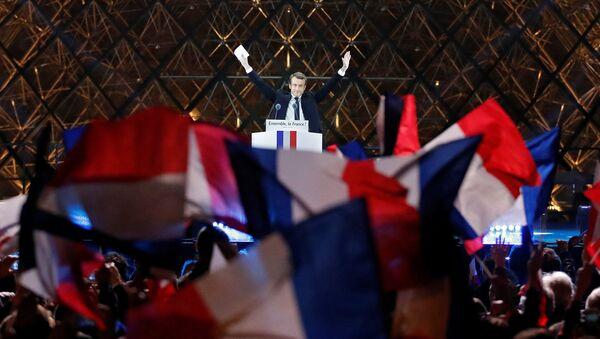 საფრანგეთის ახალარჩეული პრეზიდენტი ემანუელ მაკრონი ლუვრთან გამართულ საზეიმო მიტინგზე ამომრჩევლებს მიმართავს - Sputnik საქართველო