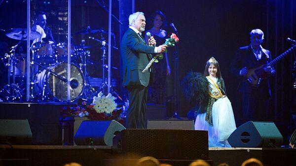 სელფი მელაძესთან და საჩუქრად მიღებული ბოხოხი: თბილისში მომღერალს იუბილე მიულოცეს - Sputnik საქართველო