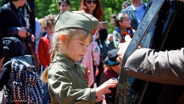 Жители Тбилиси отмечают День Победы 9 мая - Sputnik Грузия
