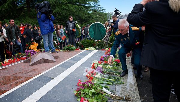 Ветераны возлагают цветы у могилы Неизвестного солдата в парке Ваке в Тбилиси - Sputnik Грузия