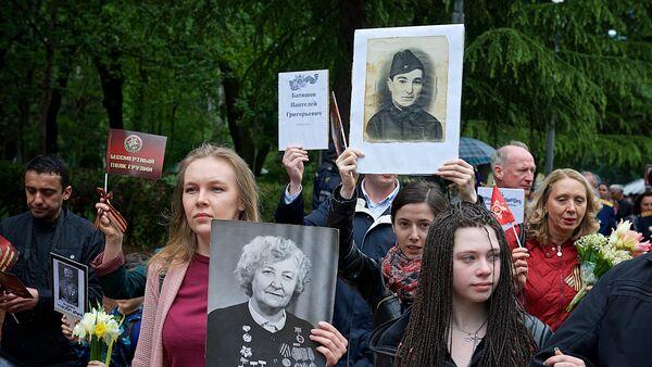 Участники акции Бессмертный полк 9 мая в парке Ваке отмечают День Победы - Sputnik Грузия