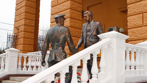 Памятник Глебу Жеглову и Володе Шарапову в Москве - Sputnik Грузия