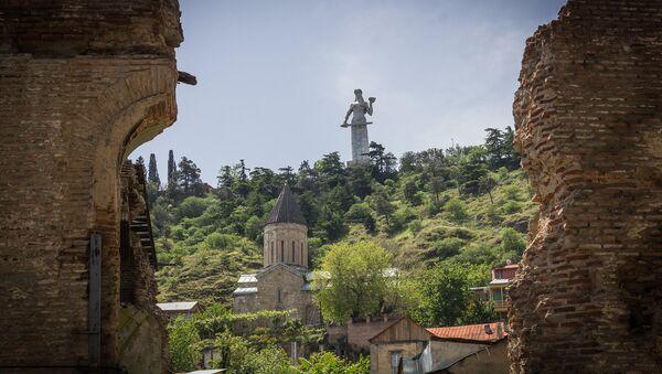 Вид на монумент Мать Грузии со старого района Тбилиси - Сололаки - в солнечный день - Sputnik Грузия