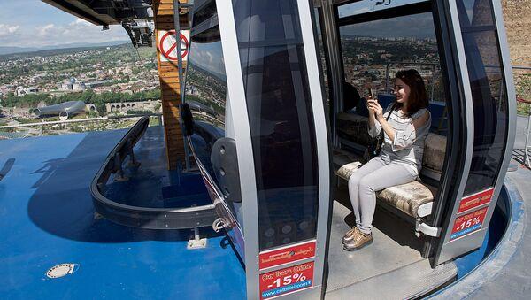 Туристы снимают селфи в кабинке тбилисской канатной дороги - Sputnik Грузия