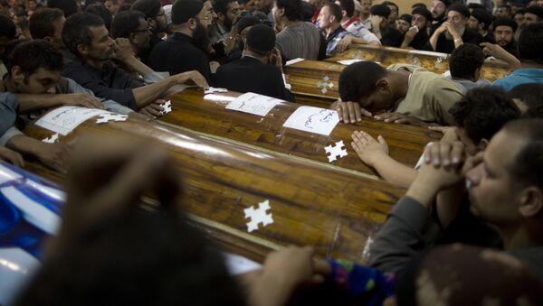 Родственники коптских христиан, погибших в Египте во время нападения группы вооруженных лиц на автобус, оплакивают своих близких - Sputnik Грузия