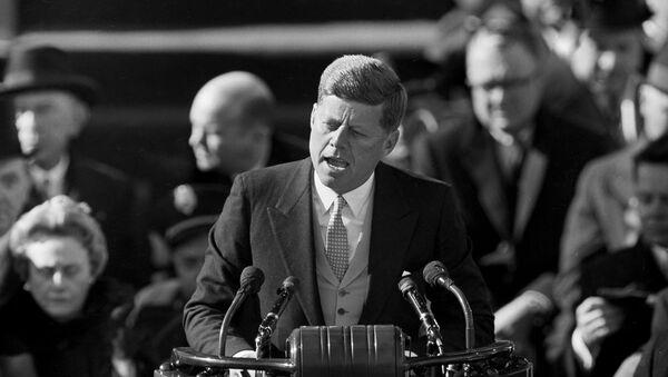 Президент США Джон Ф. Кеннеди выступает 20 января 1961 года с обращением на церемонии своей инаугурации на Капитолийском холме в Вашингтоне после принятия присяги - Sputnik Грузия