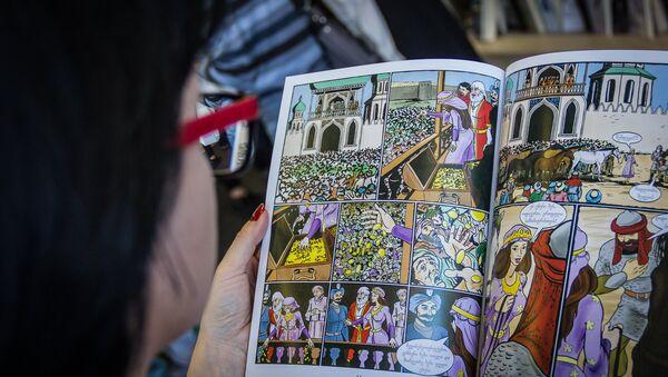 Девушка рассматривает комикс по мотивам поэмы Витязь в тигровой шкуре - Sputnik Грузия