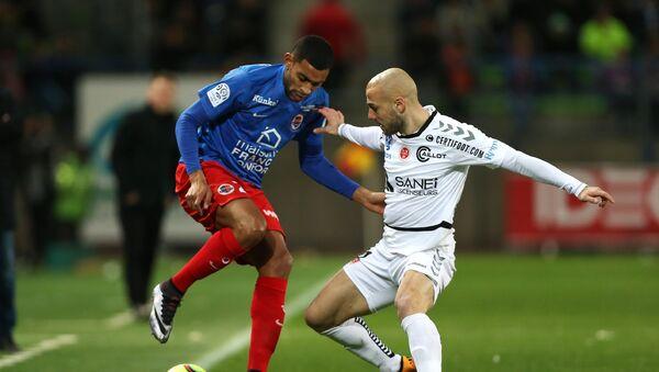 Грузинский футболист Джаба Канкава (справа), выступающий за клуб Реймс, во время игры между Reims и SM Caen - Sputnik Грузия