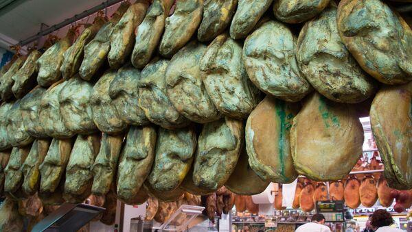 Продажа хамона на рынке в Валенсии - Sputnik Грузия