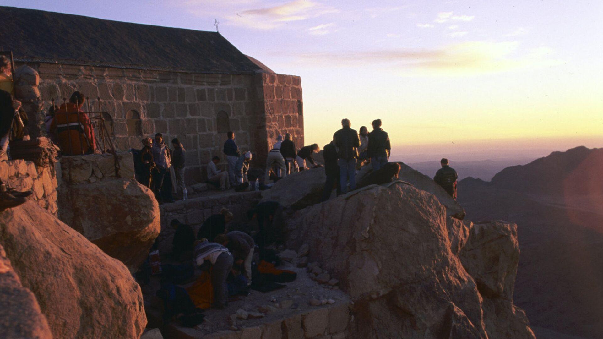 Туристы и верующие на горе Моисея - Sputnik Грузия, 1920, 07.09.2021
