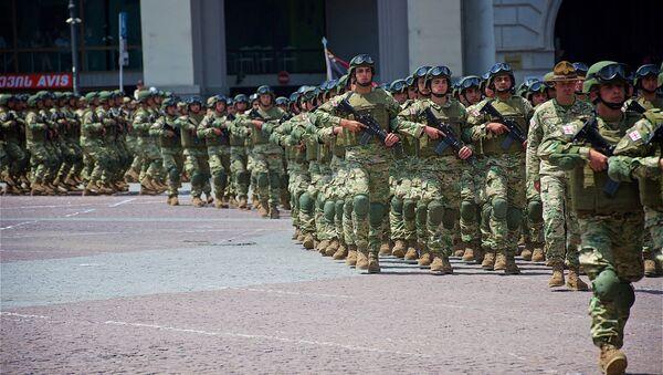 Грузинские военнослужащие проходят маршем по площади Свободы в День Независимости - Sputnik Грузия