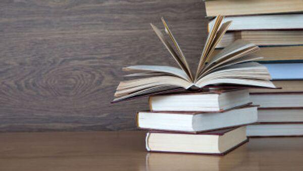 Стопка книг на столе - Sputnik Грузия
