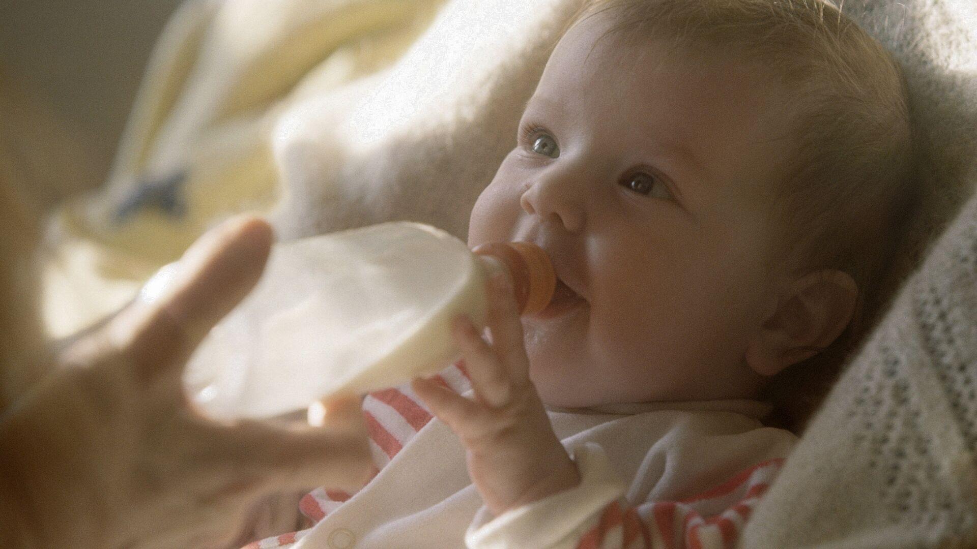 Ребенок кушает с бутылочки - Sputnik Грузия, 1920, 16.09.2021