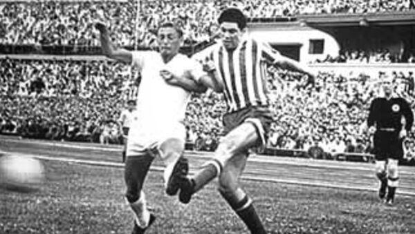 Серго Кутивадзе (в центре) бьет по мячу - Sputnik Грузия