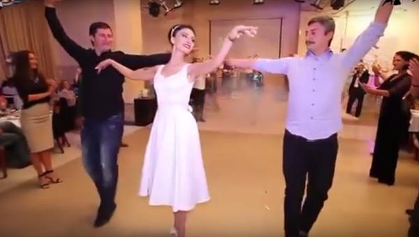 Танец невесты и ее друзей на свадьбе - Sputnik Грузия