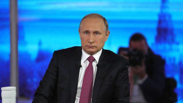 Президент РФ Владимир Путин в основной студии московского Гостиного двора во время ежегодной специальной программы Прямая линия с Владимиром Путиным - Sputnik Грузия