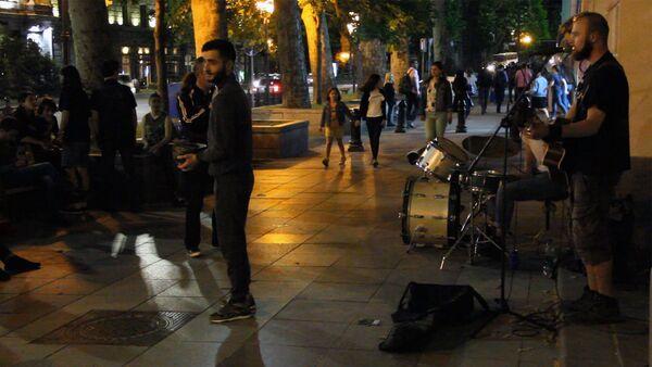Рок-хиты в исполнении уличных музыкантов в столице Грузии - Sputnik Грузия