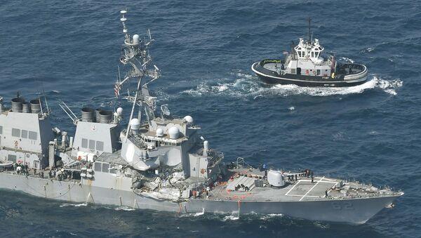Ракетный эсминец USS Fitzgerald, поврежденный при столкновении с торговым судном, находится рядом с буксиром у Симода, Япония - Sputnik Грузия