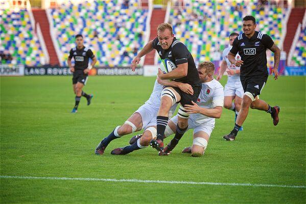 Все матчи чемпионата мира по регби U20 в Тбилиси продемонстрировали игру высокого класса. Особенно ярким и захватывающим стал финальный поединок сборных Новой Зеландии и Англии. Скорость, быстрота и натиск новозеландцев превзошли техничность и тактику англичан - Sputnik Грузия