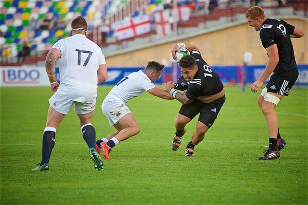 Несмотря на значительное превосходство над сборной Англии в финальном поединке, игроки сборной Новой Зеландии до последней минуты боролись, пытаясь увеличить разрыв в счете - Sputnik Грузия