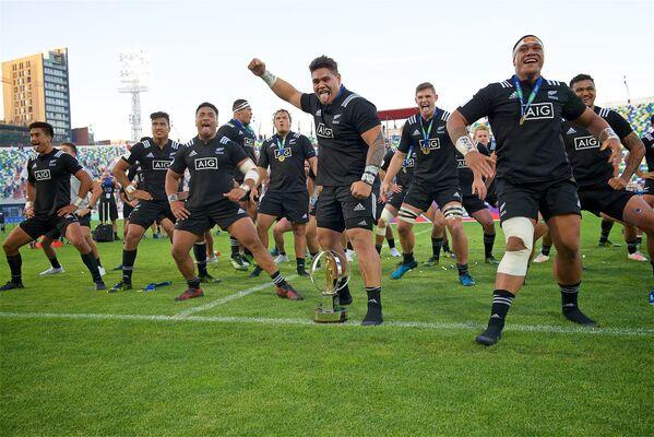 После завершения финального матча, сборная Новой Зеландии исполнила перед зрителями, заполнившими трибуны тбилисского стадиона им.Михаила Месхи, впечатляющий воинственный танец - хаку - Sputnik Грузия
