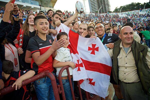 Грузинские болельщики после завершения финального матча чемпионата восторженно радовались вместе с игроками сборной Новой Зеландии - Sputnik Грузия