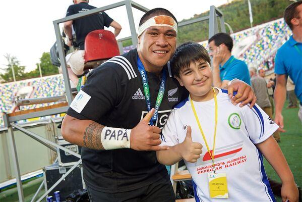 Кто знает, может из этого мальчика, с которым фотографируется капитан молодежной сборной Новой Зеландии по регби, в будущем вырастет известный спортсмен - Sputnik Грузия