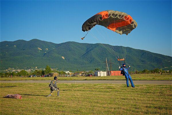 Гостям фестиваля были продемонстрированы прыжки с парашютом... - Sputnik Грузия